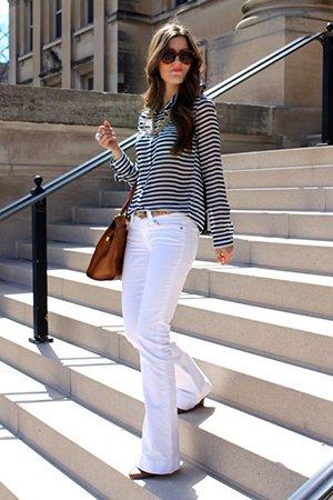 белые джинсы с широкой рубашкой в полоску