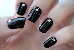 Черный манкюр со стразами