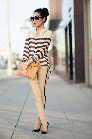 Полосатая блузка с бежевыми брюками