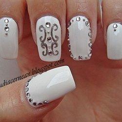 Белый лак ногтей