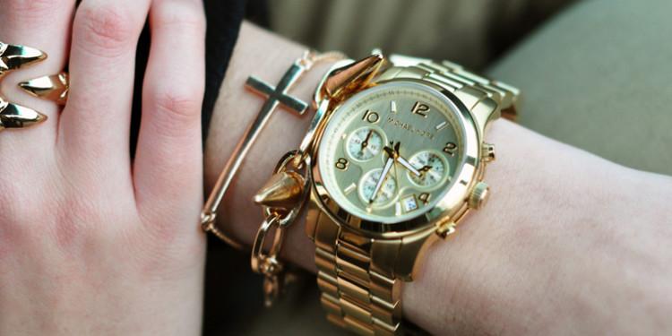 модные женские часы на руке