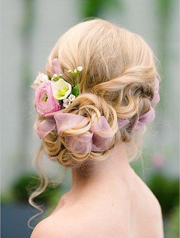 Прическа с заплетенными цветами