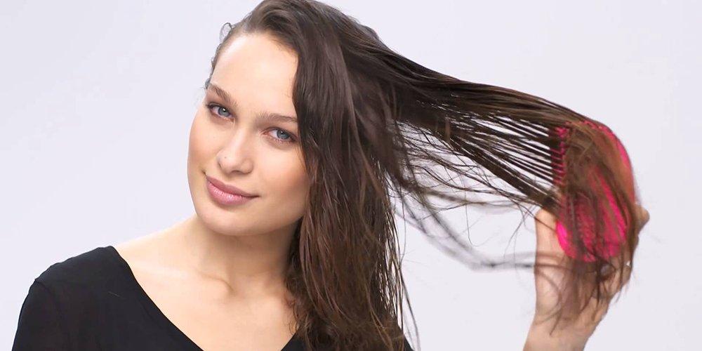 Расчесывать волосы расческой