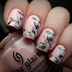 Цветы на ногтях в пастельных тонах