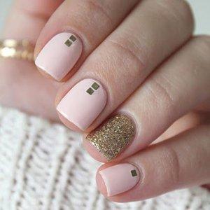 Накрашенный ногти пастельным лаком