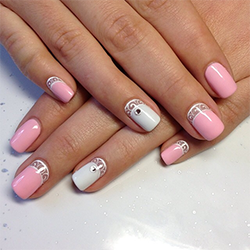 Белый маникюр с розовым лаком