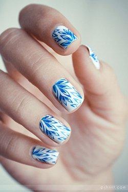Белые ногти с синим рисунком
