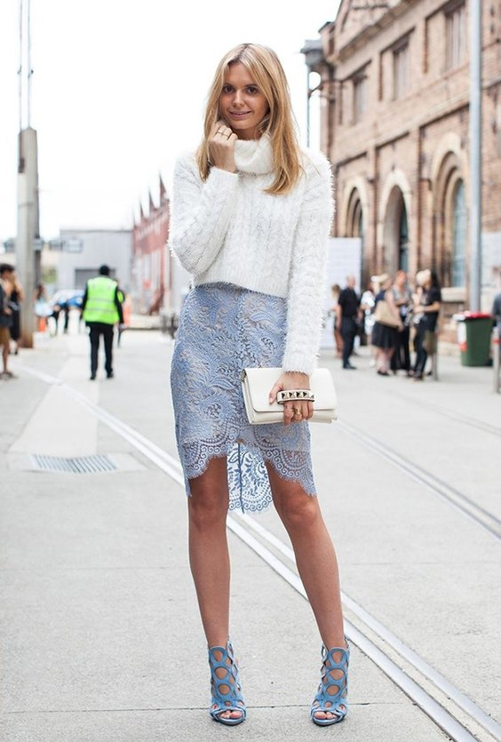 Носить белый клатч с юбкой и свитером