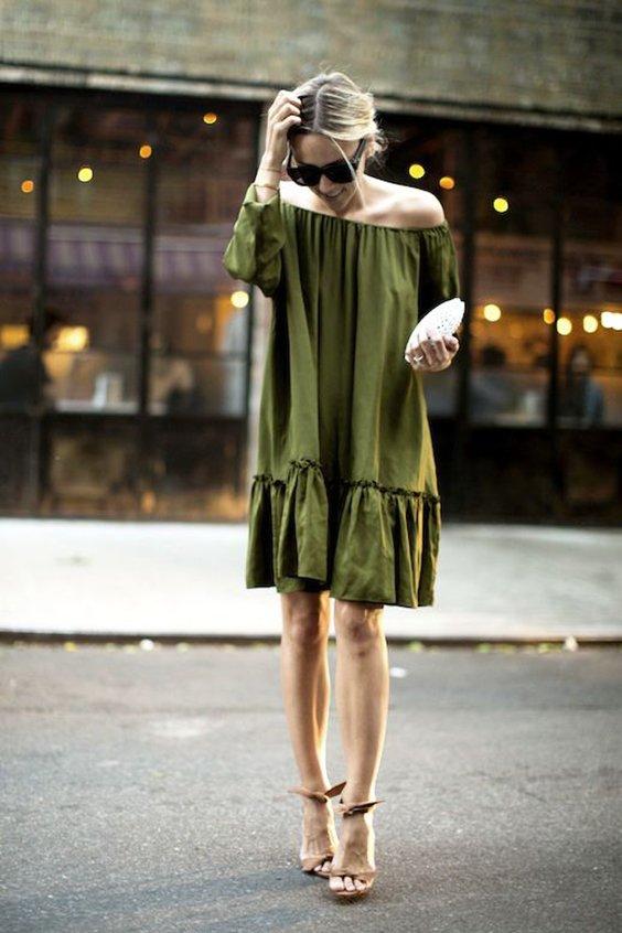 Снчетание зеленого платья с белым клатчем