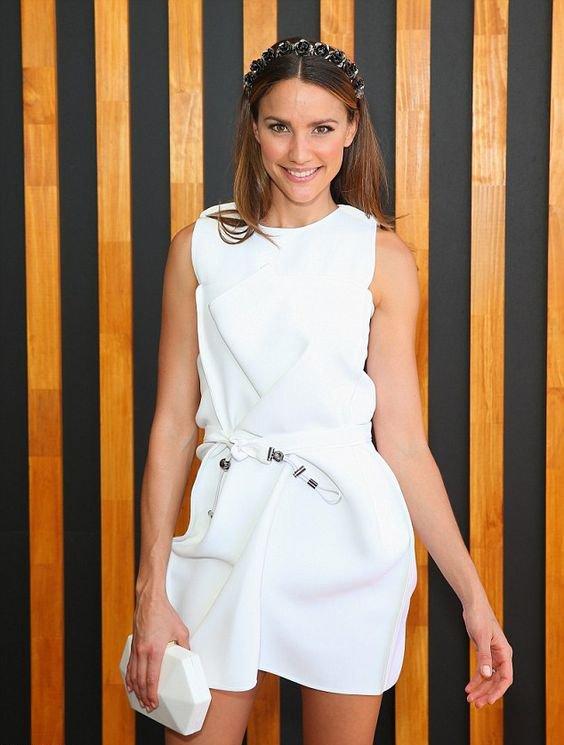 Белое платье с белым клатчем