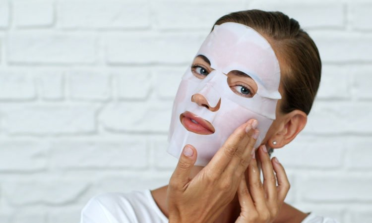 Наносить тканевую маску на лицо