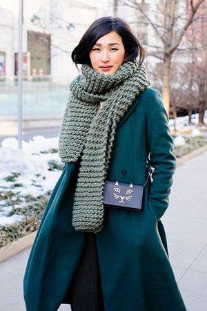 Зеленое пальто с синей сумкой