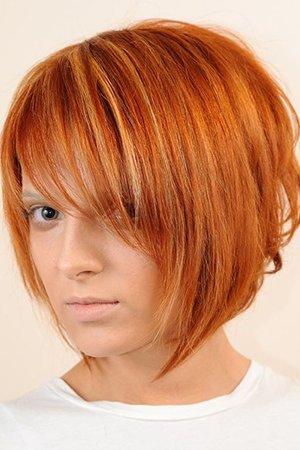Стрижка с косой челкой на средние волосы