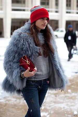 Красная сумка с голубой шубкой