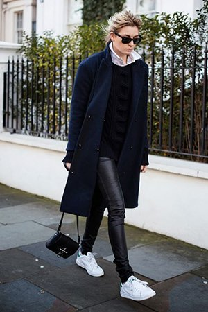 Черный лук с синим пальто