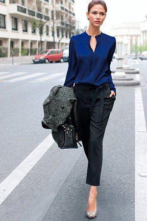 Черные брюки с синей кофтой