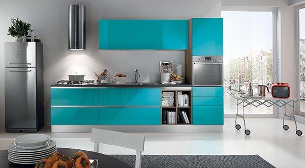 Сочетание бирюзы и белого цвета на кухне