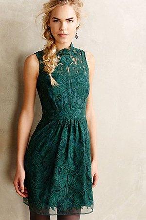 Темно-зеленое платье без рукавов
