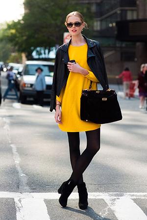 Желтое платье с черным жакетом