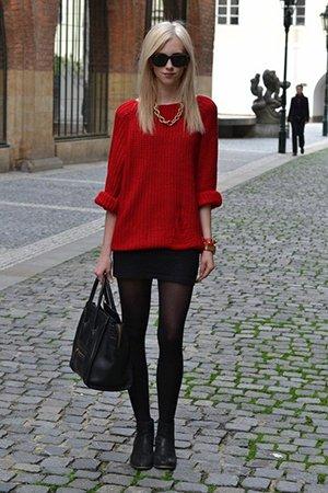 Красный свитер с черной юбкой
