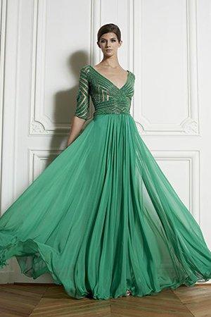 Зеленое платье с глубоким декольте