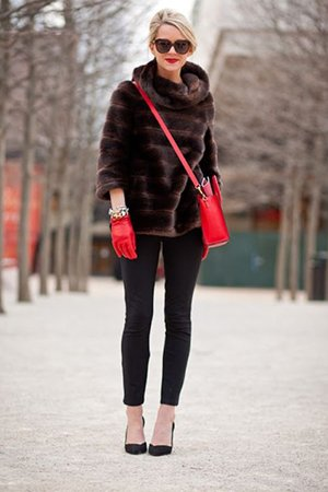 Сочетание сумки и перчаток с шубой