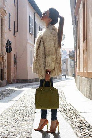 Шуба с зеленой сумкой