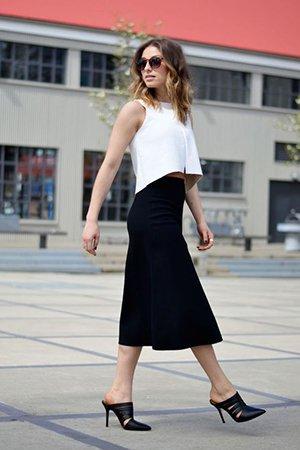 Черная юбка с белым топом