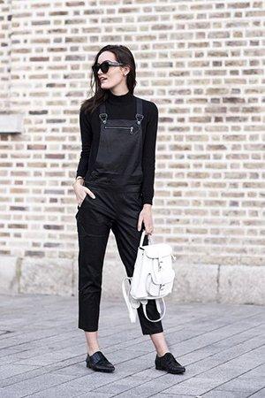 Одежда черного цвета с белым рюкзаком