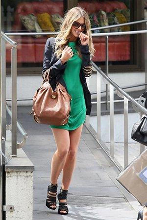 Бежевая сумка с зеленымплатьем