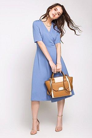 Бежевая сумка с голубым платьем