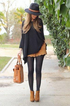 Бежевая сумка с черной одеждой