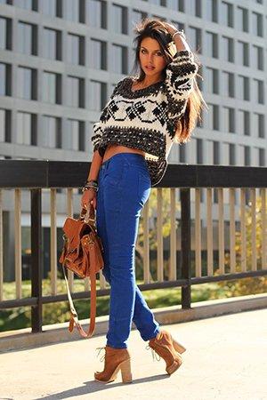 Сочетание укороченного свитера и джинс