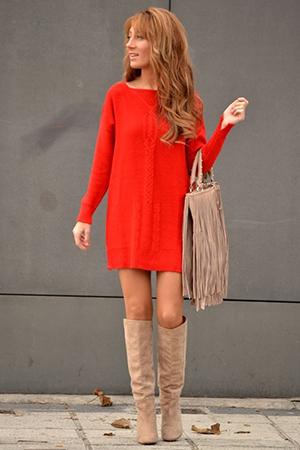 Красное платье с бежевой сумкой