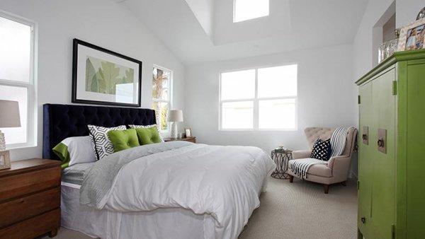 Подушки в интерьере спальни