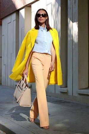 Желтый наряд с бежевой сумкой