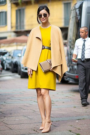 Желтое платье с бежевой сумкой