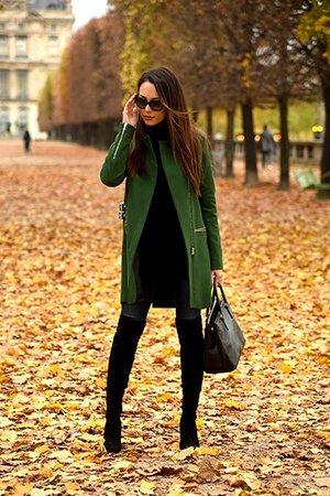 Сочетание ботфортов с зеленым пальто