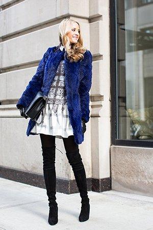 Синяя шуба с черными ботфортами