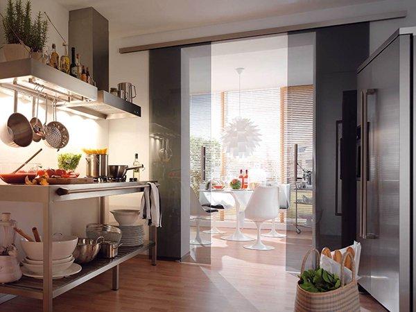 Стеклянная стена между кухней и столовой
