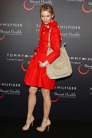 Бежевая сумка с красным платьем