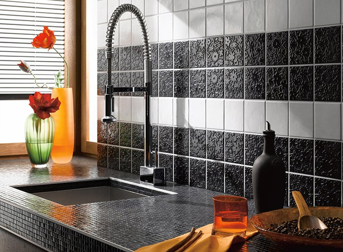 Комбинирование плитки и мозаики на кухне