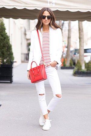 Белая обувь с красной сумкой