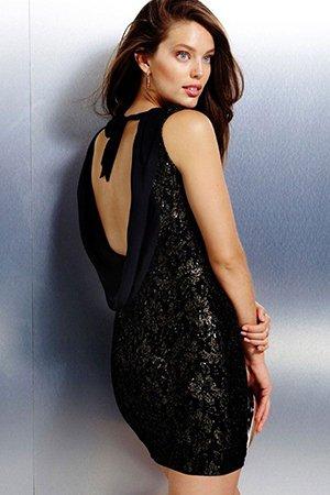 Черное короткое платье с открытой спиной