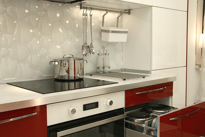 Белый фартук для красной кухни