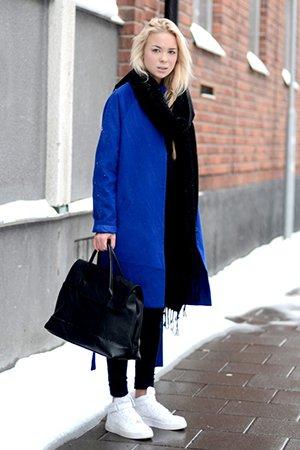 Синее пальто с белыми кроссовками