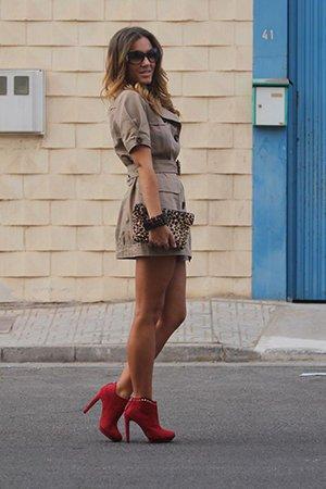 Сочетание красной обуви с бежевым нарядом