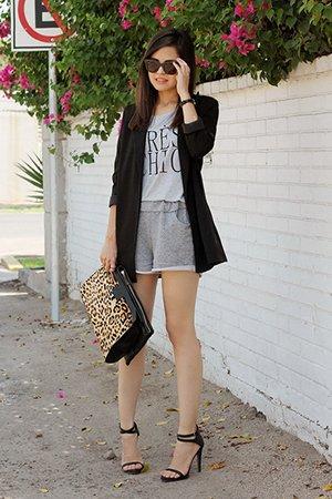 Черный женский жакет с леопардовой сумкой