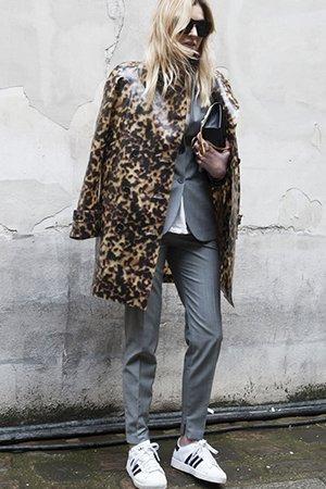 Леопардовое пальто с белой обувью