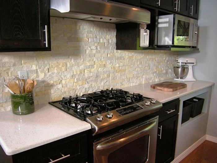 Фото идеи кухонного фартука из камня
